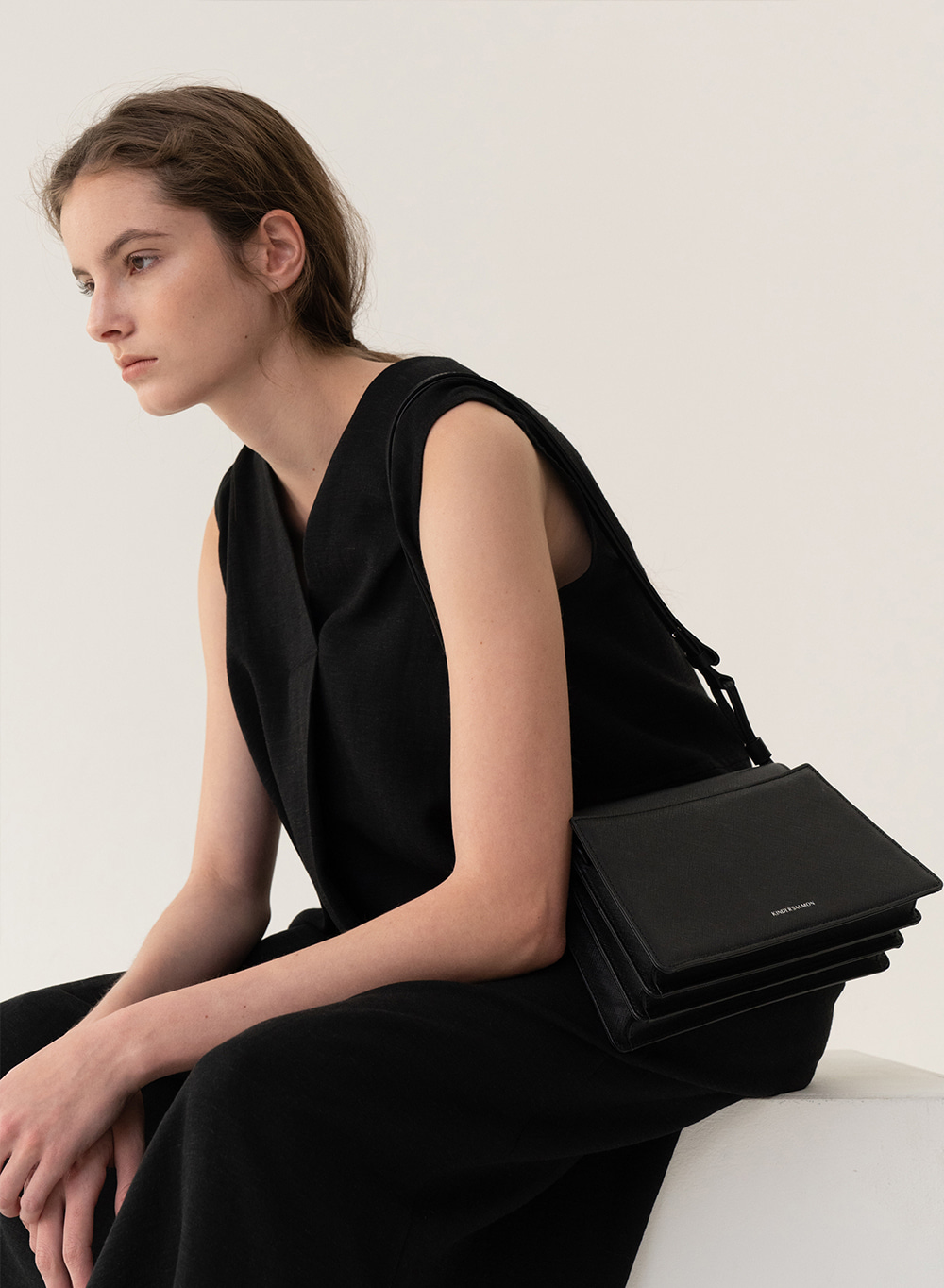 [예약배송][ESSENTIAL] Trapeze Shoulder Bag Black