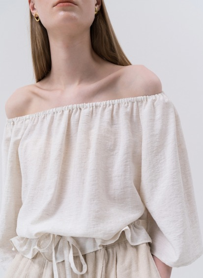 SS20 Flexible Off-shoulder Blouse Oatmeal