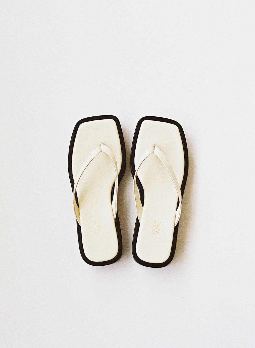 [ESSENTIAL] Leather Flip Flops Cream
