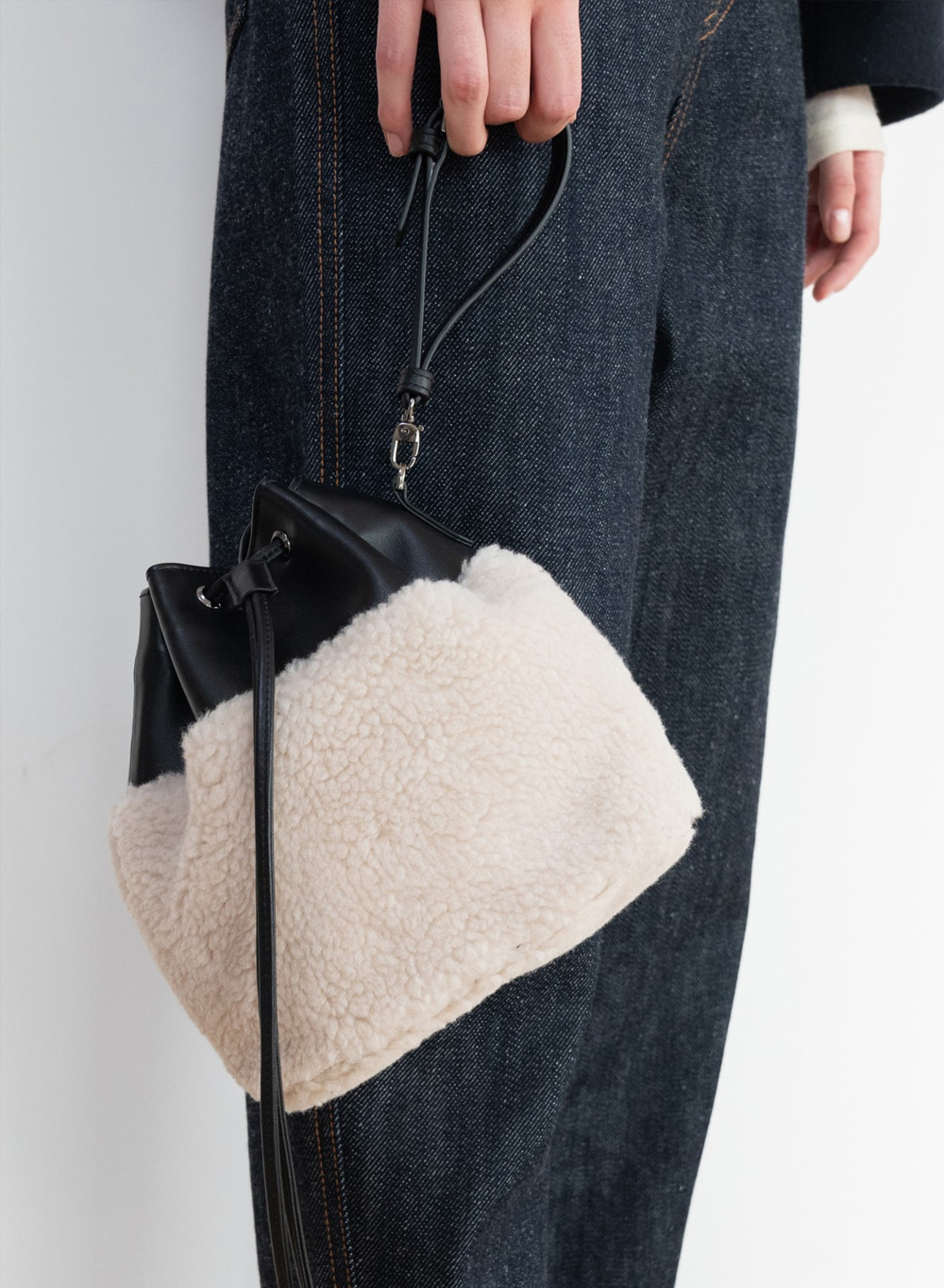 [ESSENTIAL] Shearling Bucket Bag Black